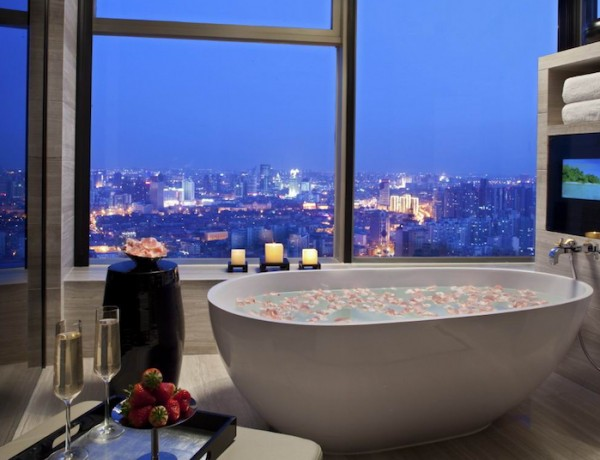 10 Luxury Bathtubs with an Astonishing View ➤To see more Luxury Bathroom ideas visit us at www.luxurybathrooms.eu #luxurybathrooms #homedecorideas #bathroomideas @BathroomsLuxury luxury bathtub 10 Luxury Bathtubs with an Astonishing View 10 Luxury Bathtubs with an Astonishing View 5 600x460