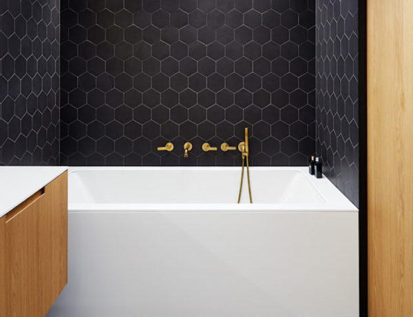 Bathroom Ideas: How to Combine Black, Brass, White and Wood Perfectly ➤To see more Luxury Bathroom ideas visit us at www.luxurybathrooms.eu #luxurybathrooms #homedecorideas #bathroomideas @BathroomsLuxury bathroom ideas Bathroom Ideas: How to Combine Black, Brass, White and Wood Perfectly Bathroom Ideas How to Combine Black Brass White and Wood Perfectly 600x460