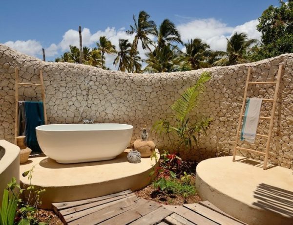 Luxury Bathrooms: Top 20 stunning outdoor bathrooms ➤To see more Luxury Bathroom ideas visit us at www.luxurybathrooms.eu #luxurybathrooms #homedecorideas #bathroomideas @BathroomsLuxury stunning outdoor bathrooms Luxury Bathrooms: Top 20 stunning outdoor bathrooms (Part 1) feat 3 600x460