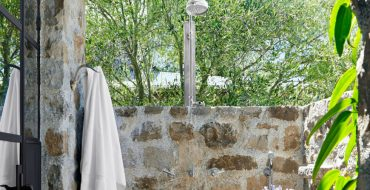 outdoor showers 7 Exceptional Outdoor Showers that Will Leave You Craving for More featured 18 370x190
