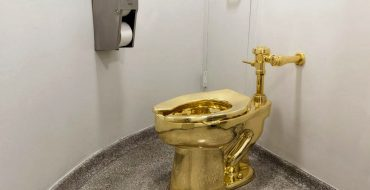 Maurizio Cattelan Is The Author Of The World's Most Expensive Toilet maurizio cattelan Maurizio Cattelan Is The Author Of The World's Most Expensive Toilet Maurizio Cattelan Is The Author Of The Worlds Most Expensive Toilet capa 370x190