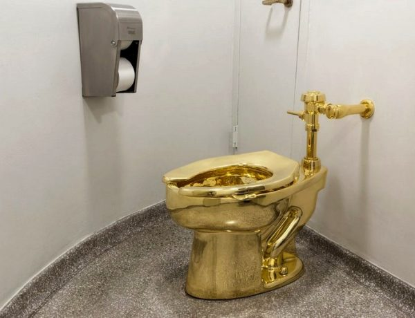 Maurizio Cattelan Is The Author Of The World's Most Expensive Toilet maurizio cattelan Maurizio Cattelan Is The Author Of The World's Most Expensive Toilet Maurizio Cattelan Is The Author Of The Worlds Most Expensive Toilet capa 600x460
