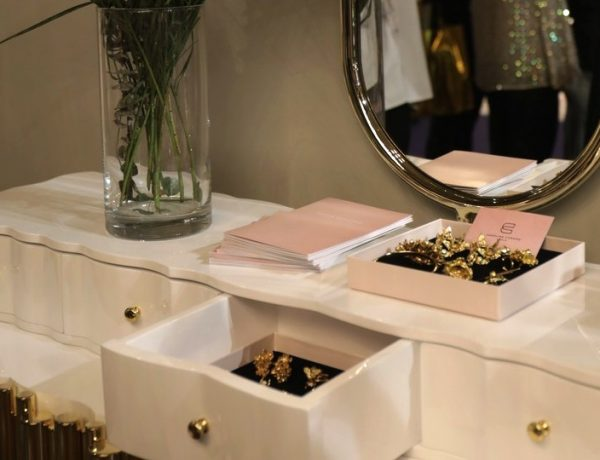 10 Bespoke Dressing Tables To Glam Up Your Luxurious Walk-In Closet bespoke dressing table 10 Bespoke Dressing Tables To Glam Up Your Luxurious Walk-In Closet 10 Bespoke Dressing Tables To Glam Up Your Luxurious Walk In Closet capa 600x460